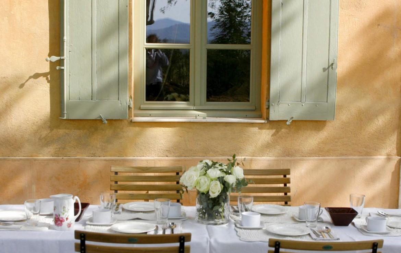 golf-expedition-golf-reizen-frank-regio-cote-d'azur-chateau-des-demoiselles-appartement-met-eettafel-buiten.jpg