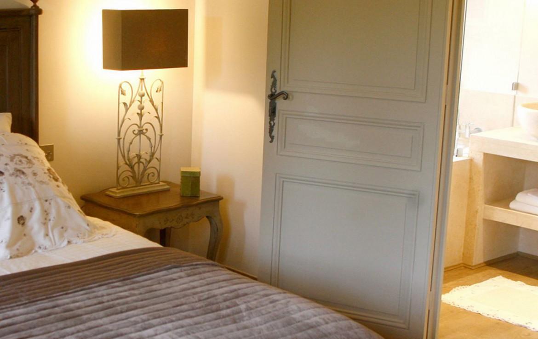 golf-expedition-golf-reizen-frank-regio-cote-d'azur-chateau-des-demoiselles-bed-met-nachtlamp.jpg