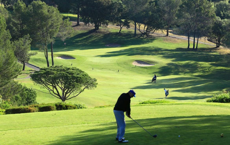 golf-expedition-golf-reizen-frank-regio-cote-d'azur-chateau-des-demoiselles-golfer-op-golfbaan-fairway.jpg