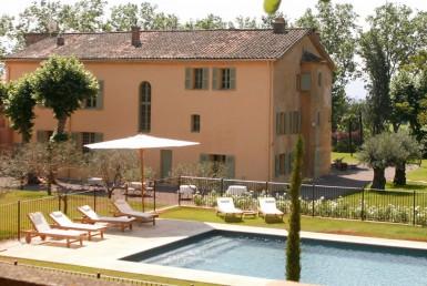 golf-expedition-golf-reizen-frank-regio-cote-d'azur-chateau-des-demoiselles-uitzicht-op-resort-zwembad-ligbedden.jpg