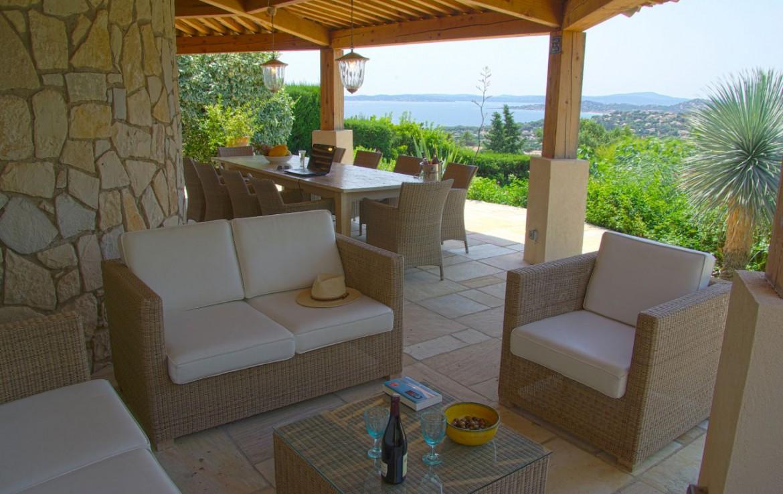 golf-expedition-golf-reizen-frank-regio-cote-d'azur-villa-la-brunhyere-balkon-met-eettafel-en-zitruimte.jpg