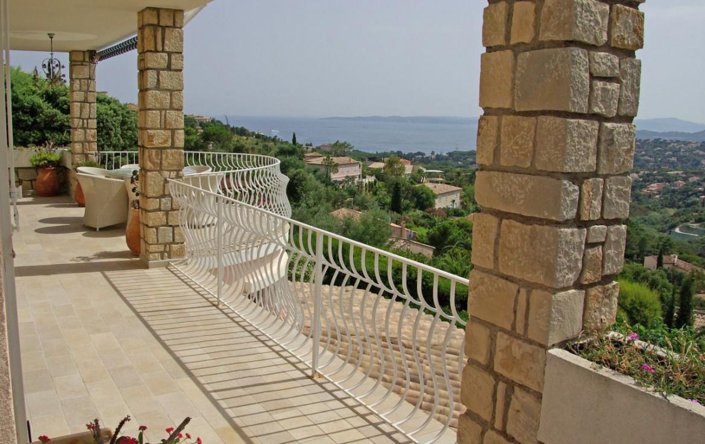 golf-expedition-golf-reizen-frank-regio-cote-d'azur-villa-la-brunhyere-balkon-met-uitzicht-op-omgeving.jpg