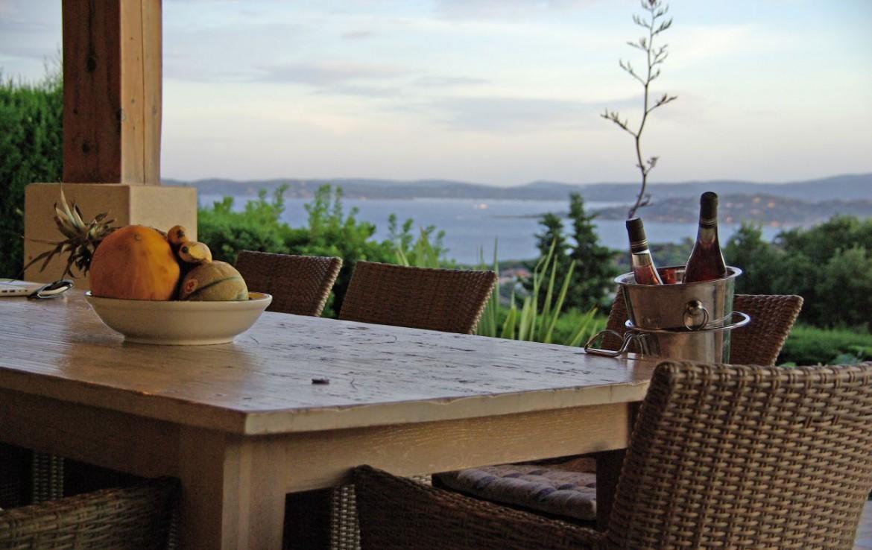 golf-expedition-golf-reizen-frank-regio-cote-d'azur-villa-la-brunhyere-eettafel-met-prachtig-uitzicht.jpg