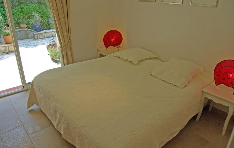 golf-expedition-golf-reizen-frank-regio-cote-d'azur-villa-la-brunhyere-luxe-slaapkamer-met-mogelijkheid-naar-buiten.jpg