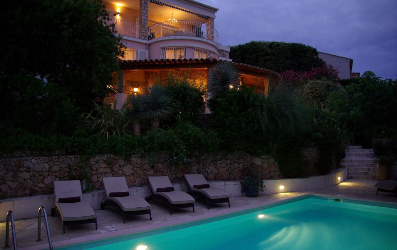 golf-expedition-golf-reizen-frank-regio-cote-d'azur-villa-la-brunhyere-zwembad-ligbedden-avond.jpg