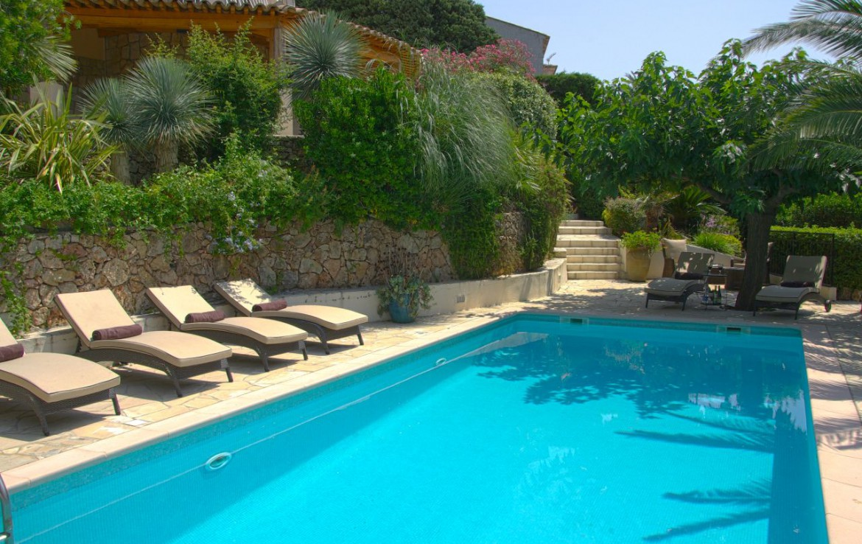 golf-expedition-golf-reizen-frank-regio-cote-d'azur-villa-la-brunhyere-zwembad-ligbedden-overdag.jpg