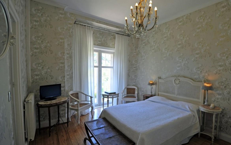 golf-expedition-golf-reizen-frankrijk-regio-aquitaine-biarritz-chateau-du-clair-lune-klassieke-slaapkamer-met-tv.jpg