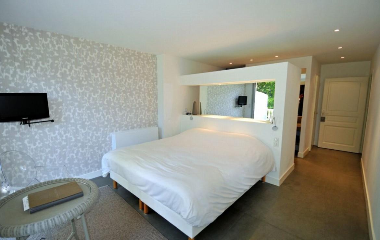 golf-expedition-golf-reizen-frankrijk-regio-aquitaine-biarritz-chateau-du-clair-lune-moderne-slaapkamer-twee-personen-met-tv.jpg