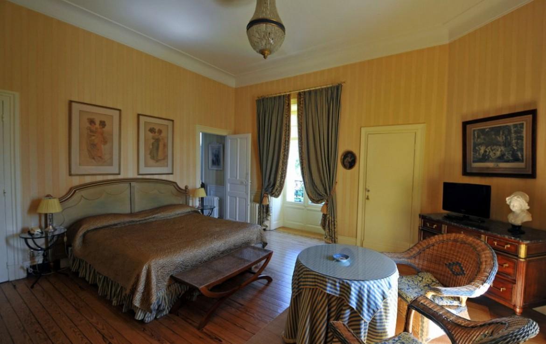 golf-expedition-golf-reizen-frankrijk-regio-aquitaine-biarritz-chateau-du-clair-lune-slaapkamer-tafeltje-stoelen.jpg