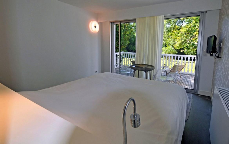 golf-expedition-golf-reizen-frankrijk-regio-aquitaine-biarritz-chateau-du-clair-lune-slaapkamer-wit-met-balkon.jpg