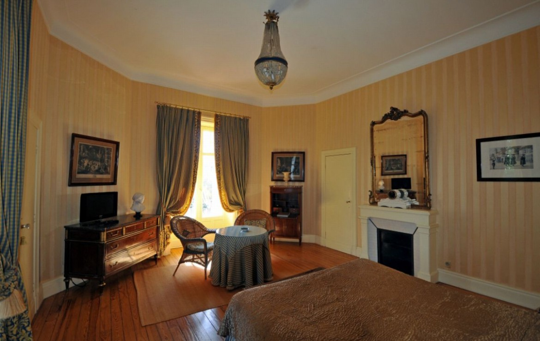 golf-expedition-golf-reizen-frankrijk-regio-aquitaine-biarritz-chateau-du-clair-lune-slaapkamer-zitruimte-tv.jpg
