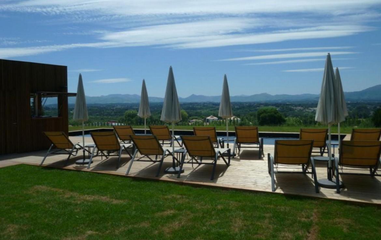 golf-expedition-golf-reizen-frankrijk-regio-aquitaine-biarritz-chateau-du-clair-lune-terras-lounge-zwembad-uitzicht-bergen.jpg