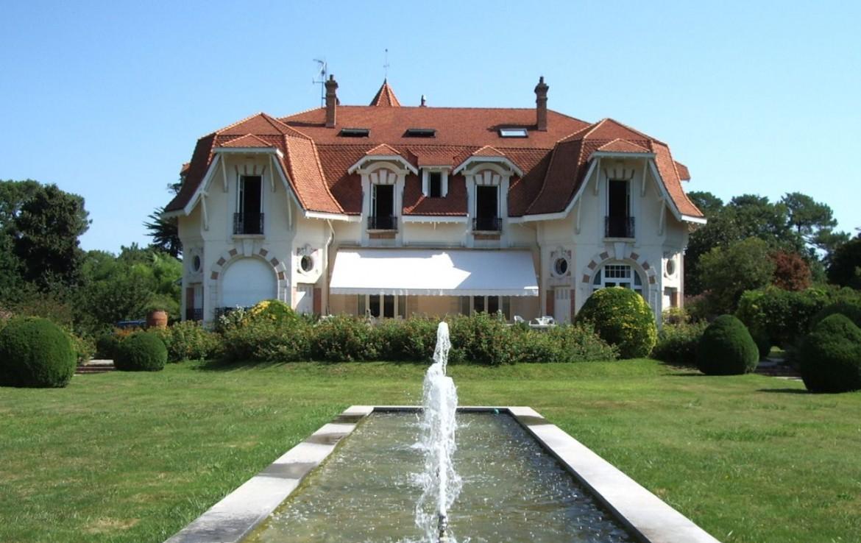 golf-expedition-golf-reizen-frankrijk-regio-aquitaine-biarritz-chateau-du-clair-lune-voorkant-villa-grasveld-met-fontijn.jpg