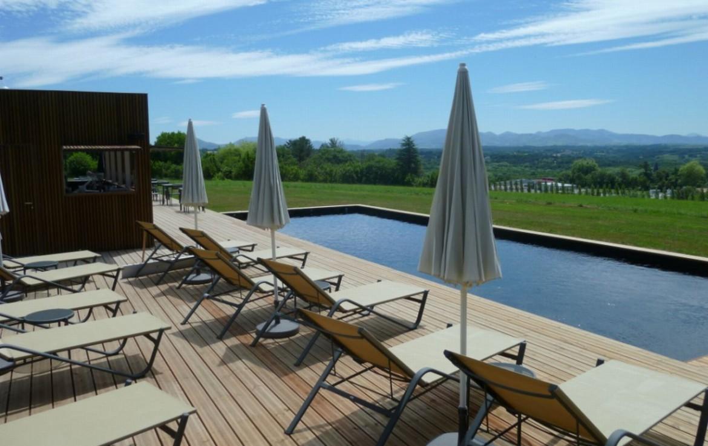 golf-expedition-golf-reizen-frankrijk-regio-aquitaine-biarritz-chateau-du-clair-lune-zwembad-ligbedden-uitzicht-omgeving.jpg
