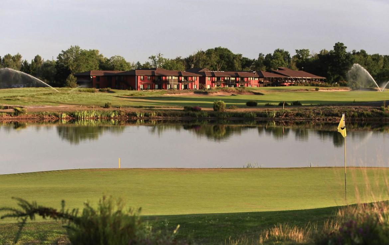 golf-expedition-golf-reizen-frankrijk-regio-aquitaine-bodreaux-golf-du-medoc-hotel-en-spa-golfbaan-water-hazard-hotel-achtergrond.jpg