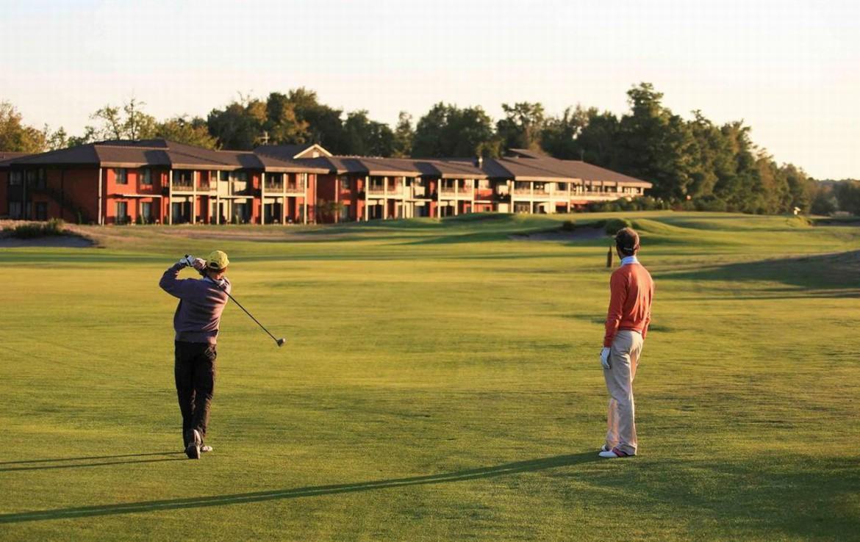 golf-expedition-golf-reizen-frankrijk-regio-aquitaine-bodreaux-golf-du-medoc-hotel-en-spa-golfers-op-golfbaan-hotel.jpg