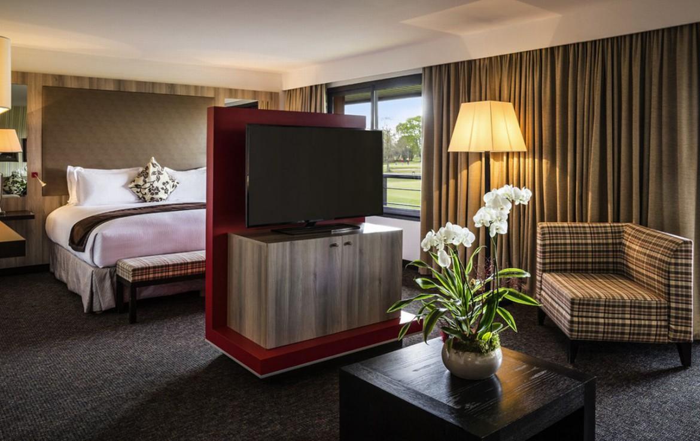 golf-expedition-golf-reizen-frankrijk-regio-aquitaine-bodreaux-golf-du-medoc-hotel-en-spa-slaapkamer-twee-personen-zitruimte-met-tv.jpg