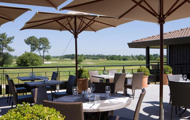 golf-expedition-golf-reizen-frankrijk-regio-aquitaine-bodreaux-golf-du-medoc-hotel-en-spa-terras-uitzicht-golfbaan.jpg
