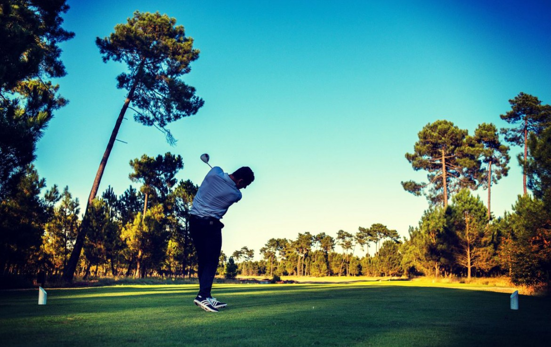 golf-expedition-golf-reizen-frankrijk-regio-aquitaine--bordeaux-chateau-grattequina-golfer-golfbaan-bomen-fairway.jpg