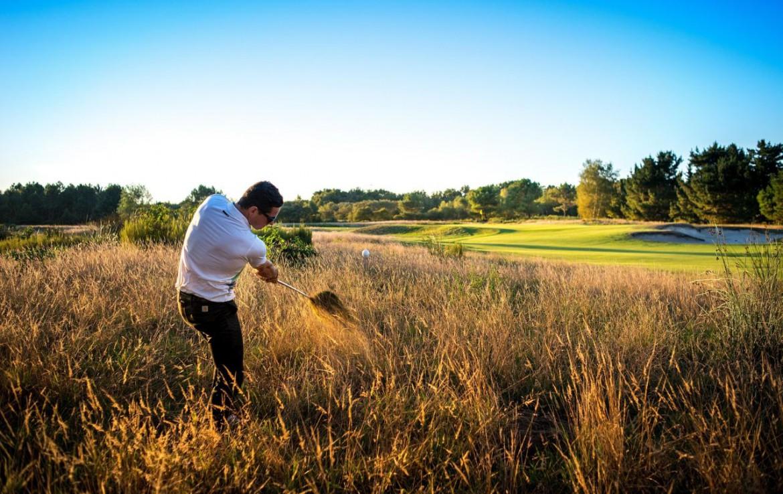 golf-expedition-golf-reizen-frankrijk-regio-aquitaine--bordeaux-chateau-grattequina-golfer-naast-golfbaan.jpg