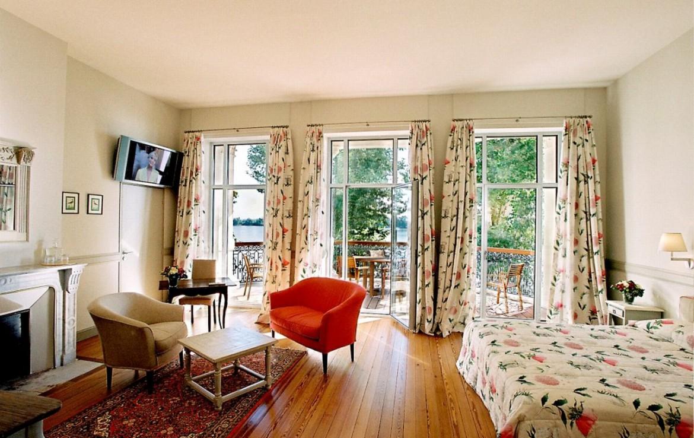 golf-expedition-golf-reizen-frankrijk-regio-aquitaine--bordeaux-chateau-grattequina-slaapkamer-zitruimte-tv-en-balkon.jpg