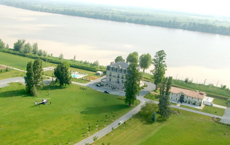 golf-expedition-golf-reizen-frankrijk-regio-aquitaine--bordeaux-chateau-grattequina-villa-aan-water-grasveld-helikopter.jpg