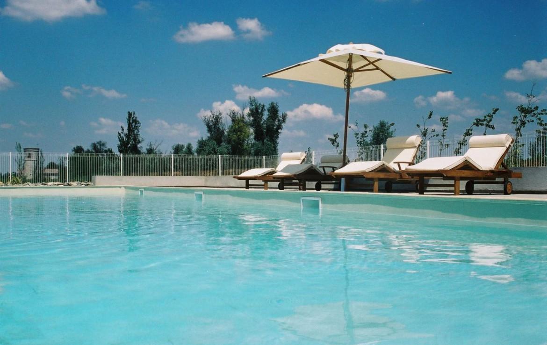 golf-expedition-golf-reizen-frankrijk-regio-aquitaine--bordeaux-chateau-grattequina-zwembad-ligbedden.jpg