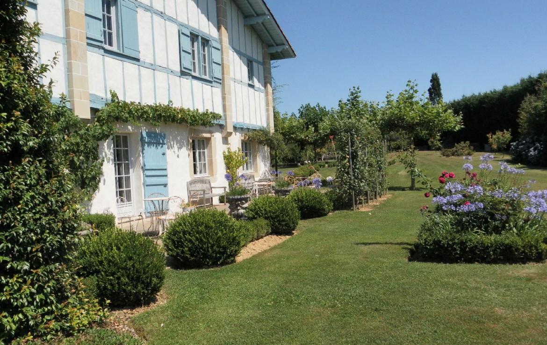 golf-expedition-golf-reizen-frankrijk-regio-biarritz-les-voles-blue-zijkant-appartementen-gelegen-aan-mooie-tuin.jpg