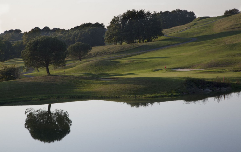golf-expedition-golf-reizen-frankrijk-regio-biarritz-villa-clara-golfbaan-op-heuvel-water-hazard.jpg
