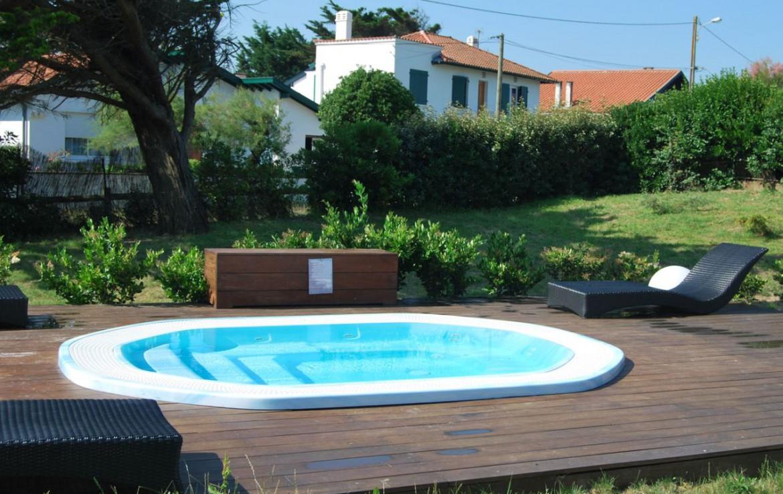 golf-expedition-golf-reizen-frankrijk-regio-biarritz-villa-clara-rond-zwembad-ligbedden.jpg
