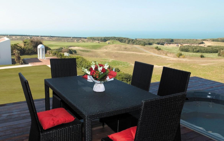 golf-expedition-golf-reizen-frankrijk-regio-biarritz-villa-clara-terras-tafel-stoelen-uitzicht-golfbaan.jpg