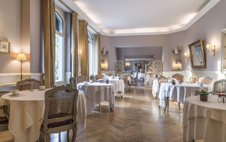 golf-expedition-golf-reizen-frankrijk-regio-bougogne-hotel-de-la-poste-eetkamer-ontbijtzaal-netjes-luxe-ruimte