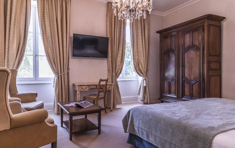 golf-expedition-golf-reizen-frankrijk-regio-bougogne-hotel-de-la-poste-slaap-kamer-bed-groot