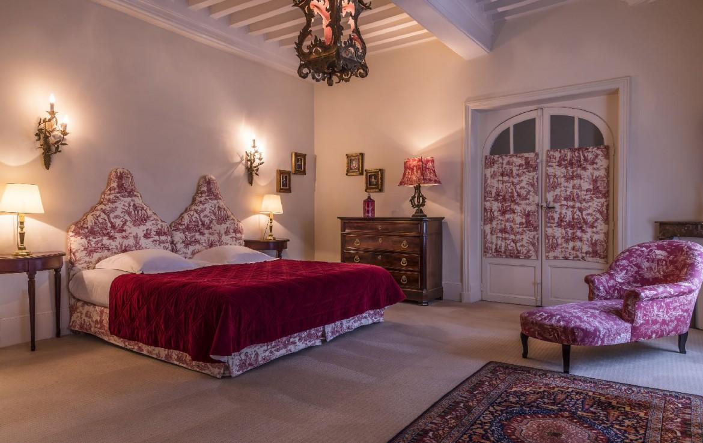 golf-expedition-golf-reizen-frankrijk-regio-bougogne-hotel-de-la-poste-slaapkamer-groot-luxe-rood