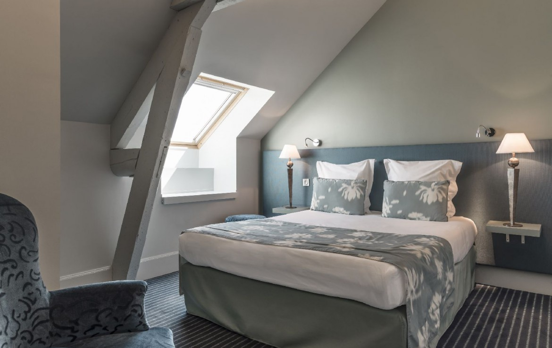 golf-expedition-golf-reizen-frankrijk-regio-bougogne-hotel-de-la-poste-slaapkamer-zolder-grijs
