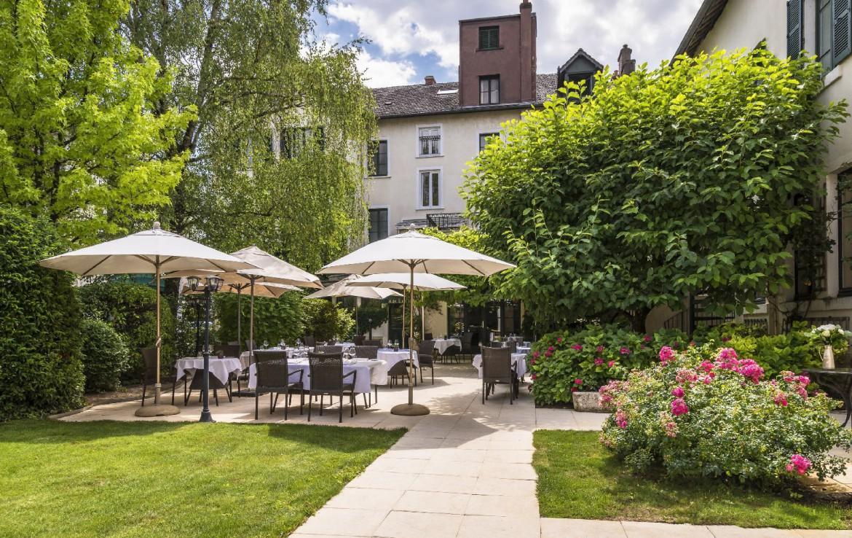 golf-expedition-golf-reizen-frankrijk-regio-bougogne-hotel-de-la-poste-terras-buiten-hotel