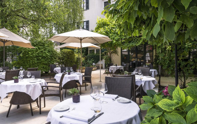 golf-expedition-golf-reizen-frankrijk-regio-bougogne-hotel-de-la-poste-terras-gedekt-wijn-buiten