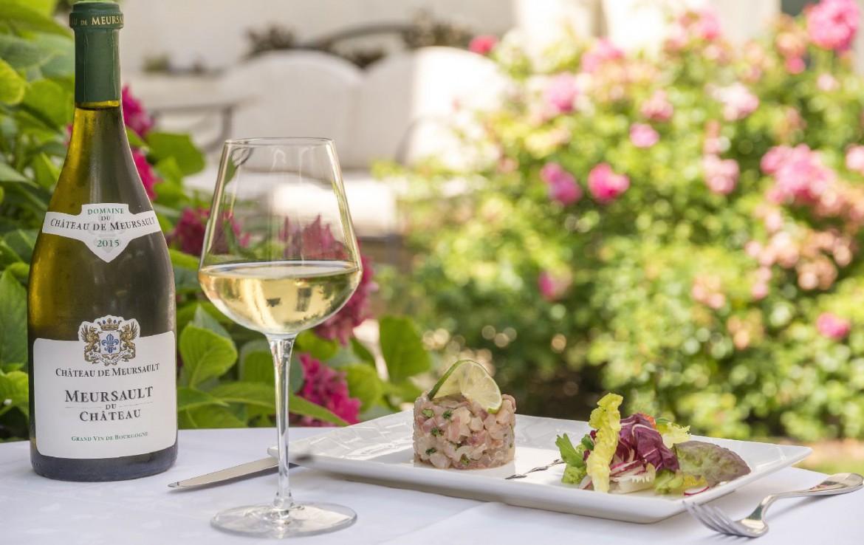 golf-expedition-golf-reizen-frankrijk-regio-bougogne-hotel-de-la-poste-vino-wijn-glas-buiten-dessert-voorgerecht-citroen-sla