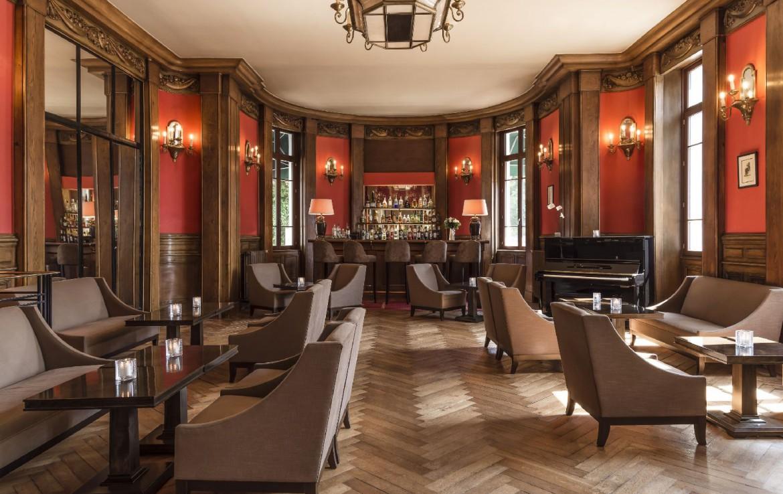 golf-expedition-golf-reizen-frankrijk-regio-bougogne-hotel-de-la-poste-zit-ruimte-piano