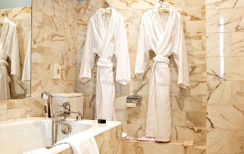 golf-expedition-golf-reizen-frankrijk-regio-champagne-grand-hotel-des-templiers-badkamer-bad-badjassen.jpg