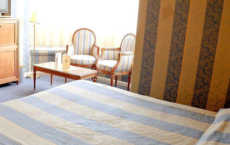 golf-expedition-golf-reizen-frankrijk-regio-champagne-grand-hotel-des-templiers-klassieke-twee-persoon-slaapkamer-zitruimte.jpg