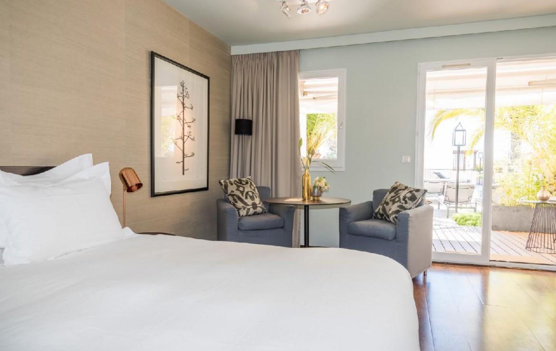 golf-expedition-golf-reizen-frankrijk-regio-champagne-grand-hotel-des-templiers-slaapkamer-stoelen-terras.jpg