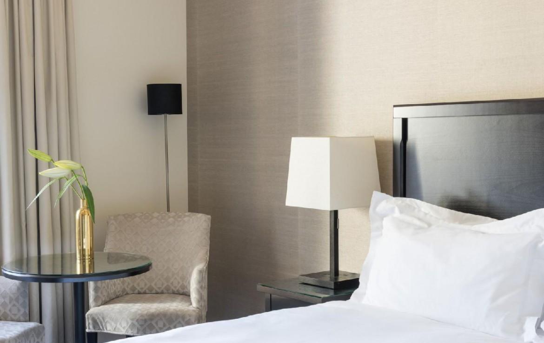 golf-expedition-golf-reizen-frankrijk-regio-champagne-grand-hotel-des-templiers-slaapkamer-wit-interieur-nachtlamp-stoelen.jpg