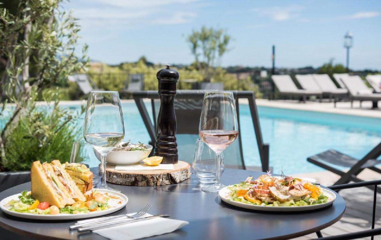 golf-expedition-golf-reizen-frankrijk-regio-champagne-grand-hotel-des-templiers-toast-aan-zwembad.jpg