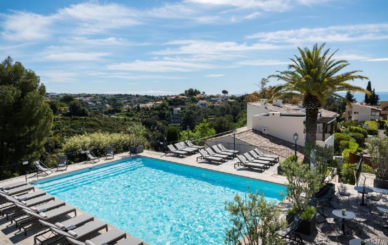 golf-expedition-golf-reizen-frankrijk-regio-champagne-grand-hotel-des-templiers-zwembad-met-ligbedden-uitzicht-bergen.jpg