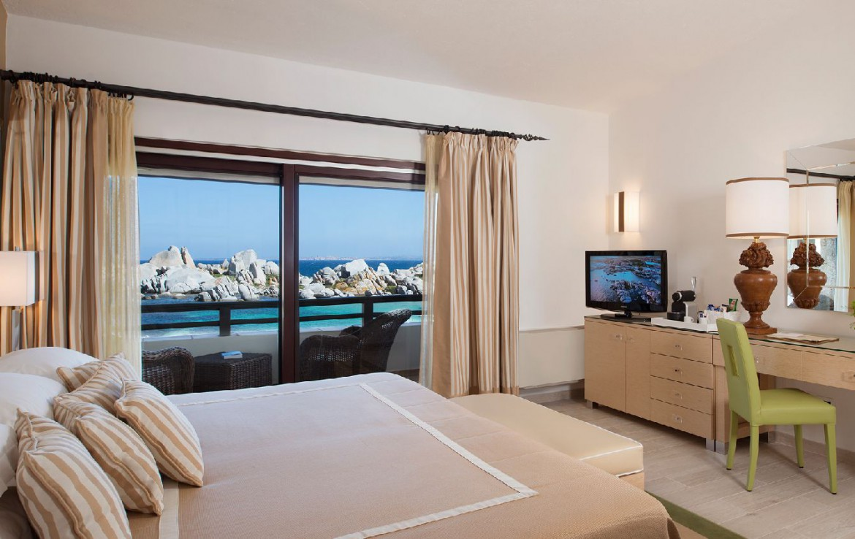 golf-expedition-golf-reizen-frankrijk-regio-corsica-hotel-en-spa-des-pecheurs-slaapkamer-met-balkon-en-uitzicht-op-zee