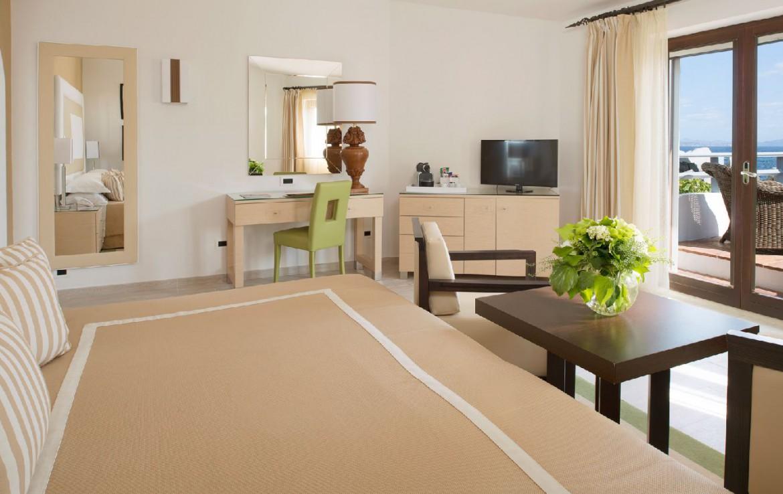 golf-expedition-golf-reizen-frankrijk-regio-corsica-hotel-en-spa-des-pecheurs-stijlvolle-slaapkamer-met-balkon
