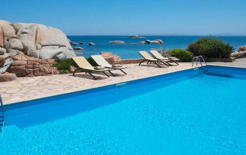 golf-expedition-golf-reizen-frankrijk-regio-corsica-hotel-en-spa-des-pecheurs-zwembad-uitzicht-zee-ligbedden