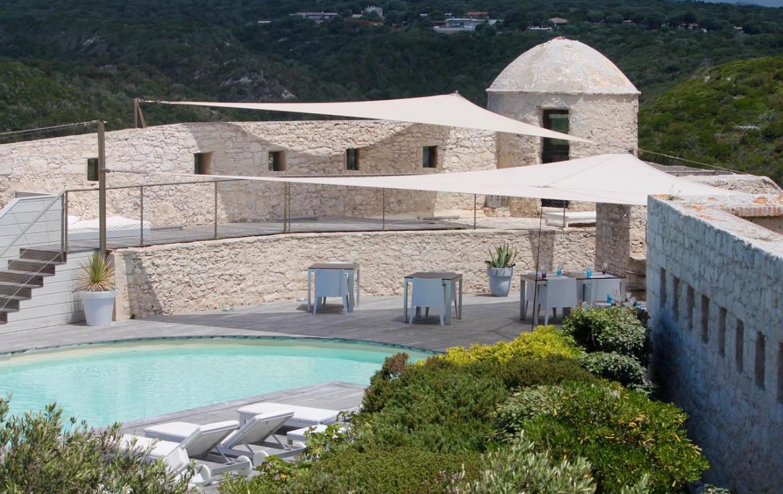 golf-expedition-golf-reizen-frankrijk-regio-corsica-hotel-genovese-muur-toren-zwembad-ligbedden