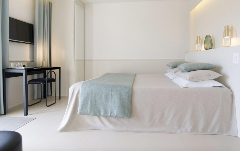 golf-expedition-golf-reizen-frankrijk-regio-corsica-hotel-genovese-wit-slaapkamer-tv